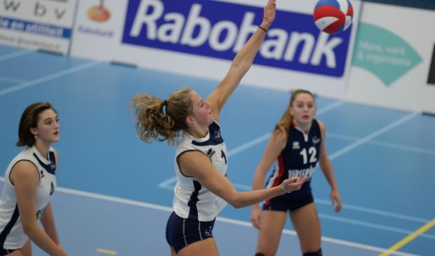<p>Zowel Dames 2-speelsters (vlnr) Dagmar Mourits, Mirte van der Sluijs en Mika Pierik gaan meetrainen met Dames 1 Sliedrecht Sport.</p>