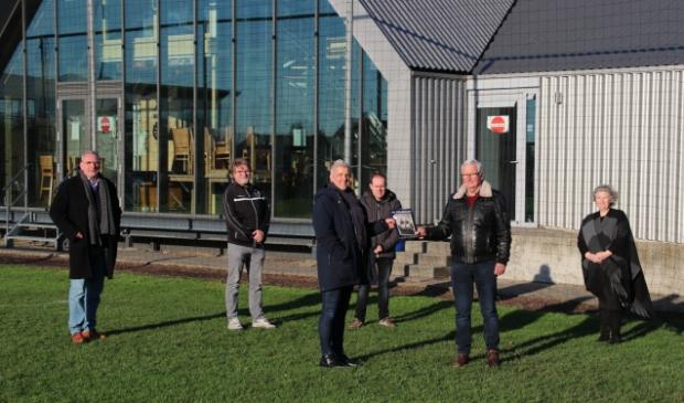 eindredacteur Theo Sprong overhandigt in bijzijn redactie eerste exemplaar aan erevoorzitter Jan de Bruijn