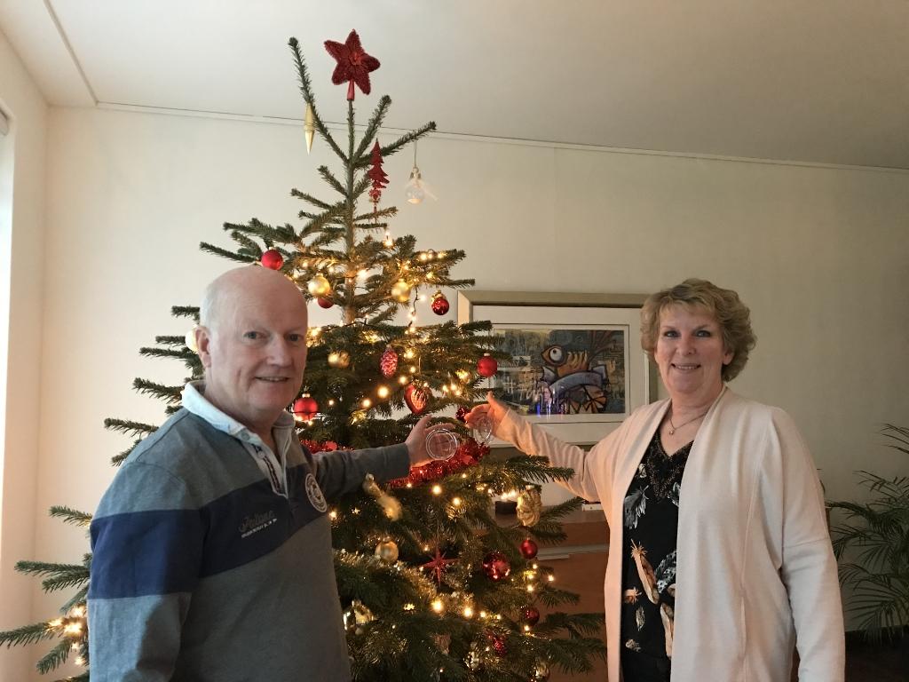 <p>Burgemeester Ruud van Bennekom en echtgenote Bep bij de kerstboom in hun woonkamer</p>