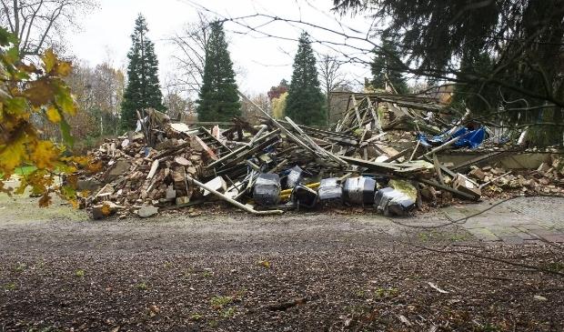 <p>De resten van de ingestorte oranjerie op het terrein van huize Den Treek.</p>