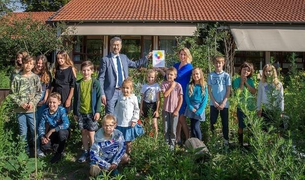 <p>De Vuurvogel kreeg eerder dit jaar het vignet &#39;gezonde school&#39; uitgereikt door wethouder Leon Meijer.</p>