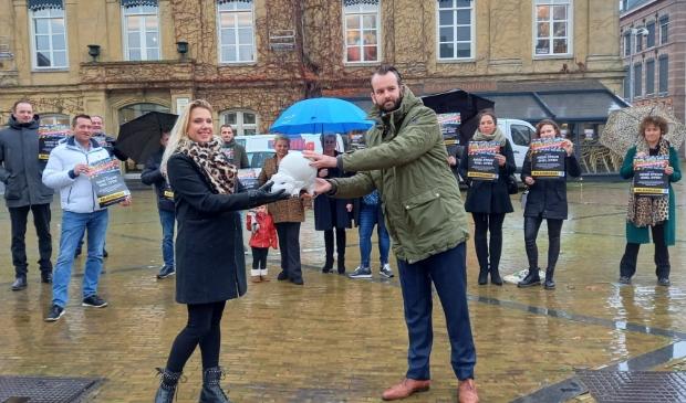<p>Bianka den Breejen overhandigde in december.al het lege spaarvarken van de Gorcumse horeca aan wethouder Joost van der Geest</p>
