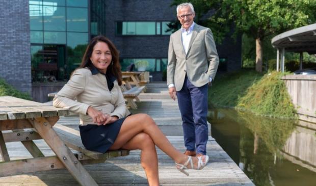 <p>OA-directeur Darshan Sloot en de nieuwe voorzitter Rob van den Helder. </p>