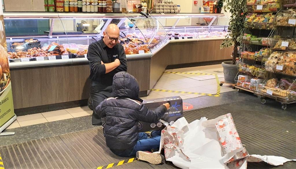 Van der Lingen kijkt toe hoe Daan het cadeau uitpakt Irene van Valen © BDU media