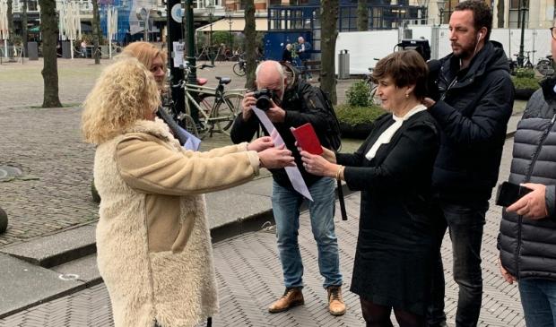 <p>Lilianne Ploumen neemt de petitie in ontvangst van de Gorinchemse initiatiefnemers</p>