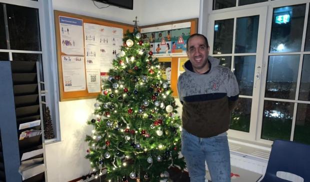 Hamidreza met kerstboom op AZC
