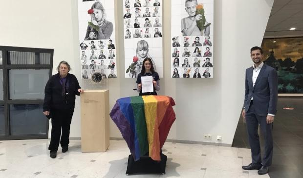 <p>Tino Bursato (links), vertegenwoordiger van de Gorcumse Regenboog Alliantie, Pieternelle Maris (midden), leerling van het Camphusianum en lid van de Gender and Sexuality Alliance (GSA) ondertekenden de intentieverklaring waarmee Gorinchem officieel Regenboogstad is geworden.</p>