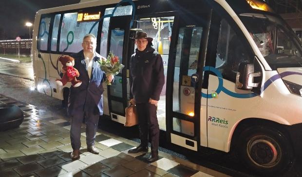 <p>De wethouders Gerard van Deelen (Scherpenzeel) en Hans van Daalen (Barneveld) maakten maandagochtend samen met de nieuwe buslijn 110 een rit vanuit Scherpenzeel naar Barneveld. Daarna namen ze de bus terug naar Scherpenzeel.</p>