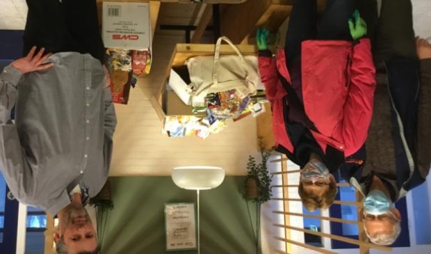 Schoolleider Remco de Koning met vrijwilligers van de Voedselbank