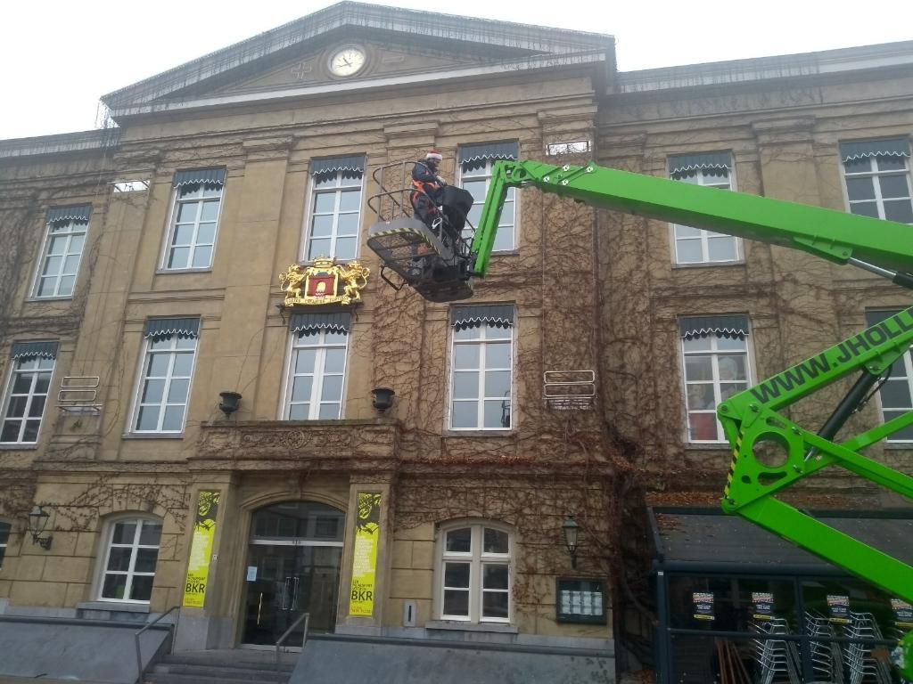 Zonder hoogwerker is het onmogelijk om het museum te verlichten Hannie Visser-Kieboom © BDU Media