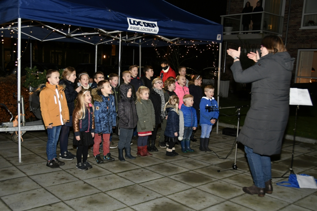 Kinderkoor zingt bij Theresia Arie Buitendijk © BDU media
