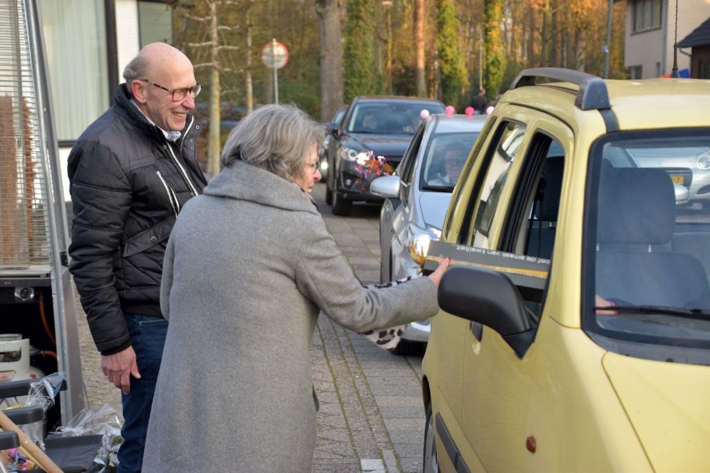 <p>De &#39;drive through&#39; receptie bij Boschzicht.</p> Petra van Voorst © BDU media