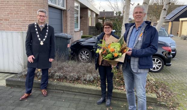 <p>Scheidend bestuurslid Kees Heijblom ontvangt op de dag van zijn offici&euml;le afscheid van Rivas Zorggroep een koninklijke onderscheiding uit handen van burgemeester Heijkoop. Kees Heijblom mag zich nu Ridder in de Orde van Oranje-Nassau noemen.</p>