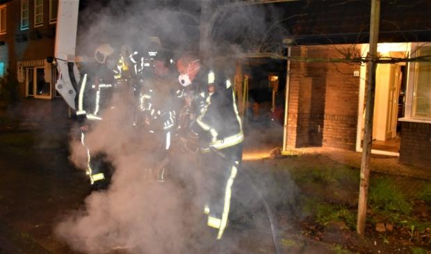 <p>Smeulende restanten werden op straat geblust door de brandweer.</p>