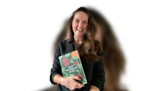 Mirjam Henzen met kookboek Puur Natuurlijk Leven