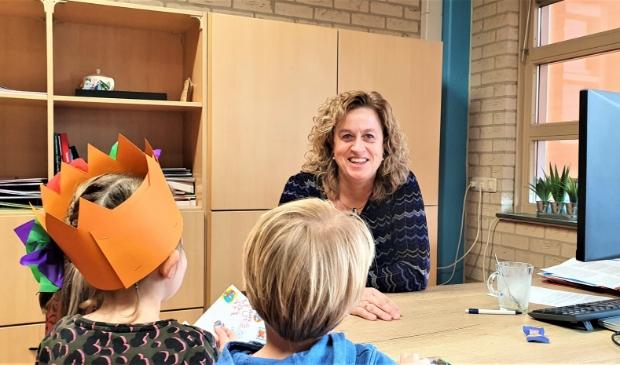 Diana Brouwer neemt even tijd voor een jarige leerling