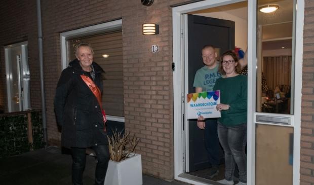 <p>Koningin van Nieuw-Vennep overhandigt de 1e prijs 1 minuut gratis winkelen bij Hoogvliet aan winnares Steffi Jansen.</p>