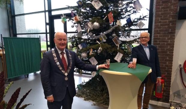 Bert Staal, voorzitter van Zonnebloem Odijk, overhandigt de attentie aan burgemeester Van Bennekom