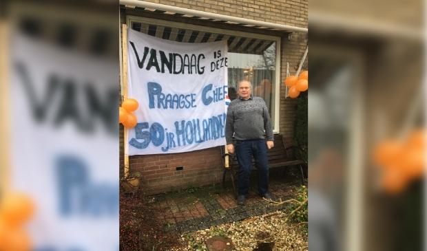 De familie verraste Peter met een spandoek, omdat hij al vijftig jaar in Nederland woont