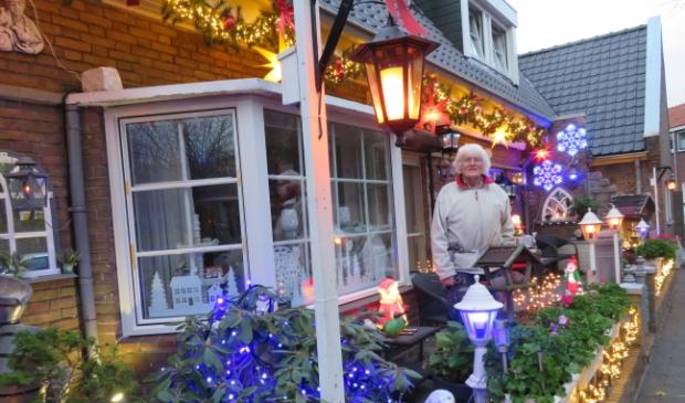 <p>Jan Stuij kon het ondanks al de drukte in en om hun huis niet laten de kerstverlichting te ontsteken.</p>