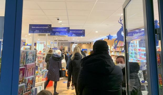 <p>Een lange rij klanten dinsdagmiddag bij Primera Scherpenzeel.</p>