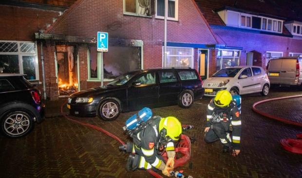 <p>Bij een woningbrand aan de Dennenstraat in IJmuiden zijn in de nacht van maandag op dinsdag twee personen gewond geraakt.&nbsp;</p>
