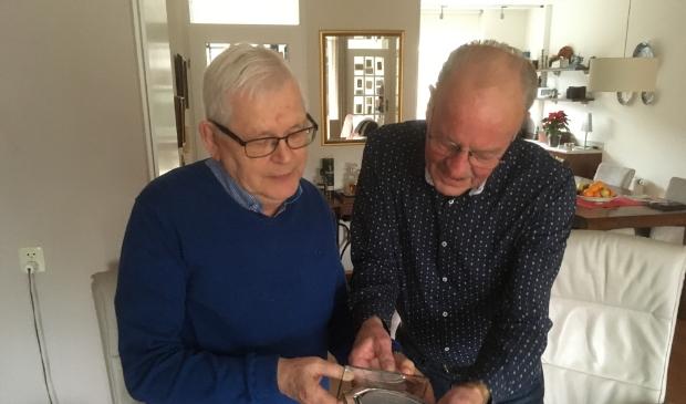 <p>Frans Koolen en Dick Kremer (links) bekijken het door BV Gelre geschonken aandenken.</p><p><br></p> Frits Willemsen © BDU Media