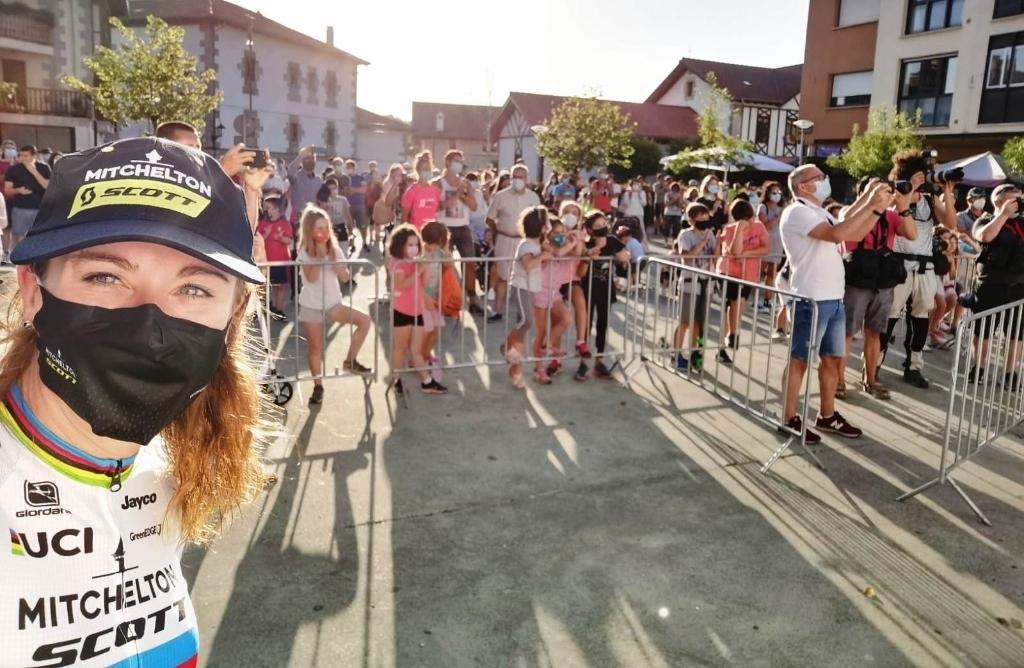 Ook in het wielerpeloton was het mondkapje in het afgelopen 'Corona-seizoen' gemeengoed. Foto: Collectie Annemiek van Vleuten © BDU Media