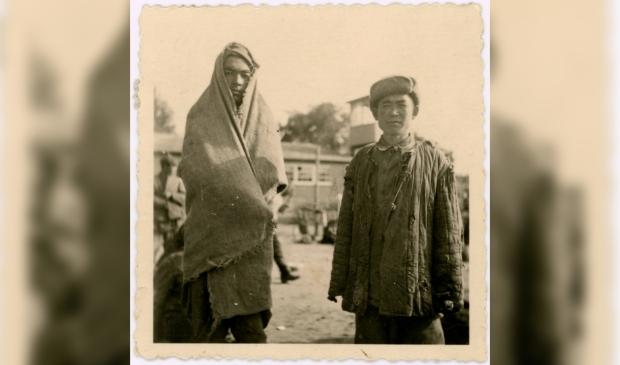 Het enige bekende fotootje waarop twee van de 101 Sovjetsoldaten in Kamp Amersfoort zichtbaar zijn.