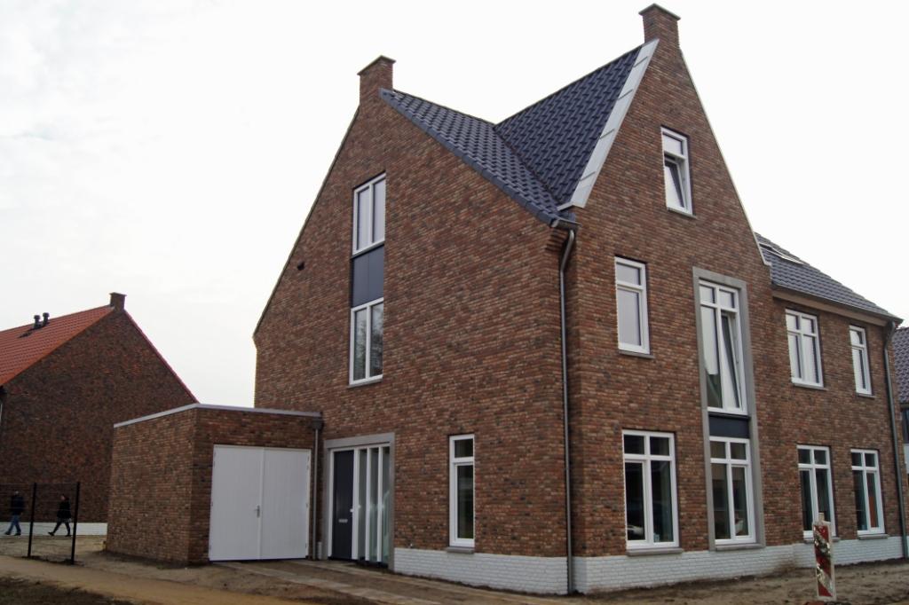 Deze woning is heel duurzaam, natuurlijk helemaal geïsoleerd, met vloerverwarming en we hebben zonnepanelen op het dak. En het mooie van nieuwbouw; wij hebben gekozen voor casco en kunnen nu zelf de verdere indeling bedenken.'' Astrid Meyer © BDU media