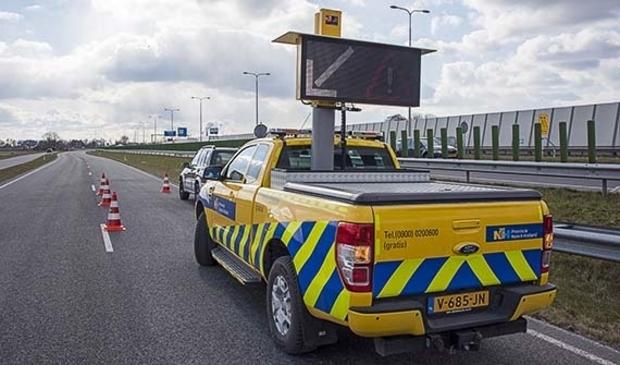 <p>Provinciale weginspecteur met pijlwagen.</p>