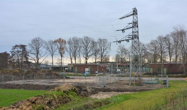 <p>Het onderverdeelstation aan de Oldenbarnevelderweg wordt momenteel uitgebreid voor extra stroomcapaciteit.</p>