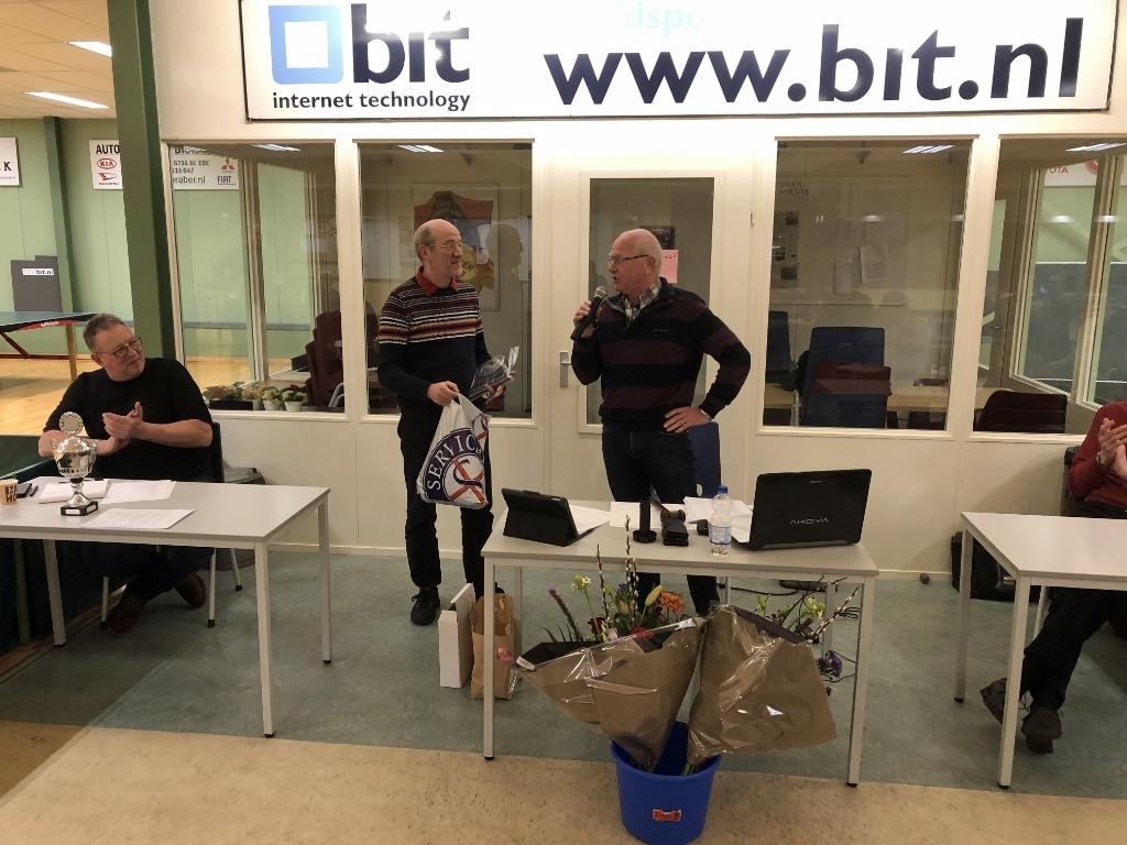 <p>Wim Spelt (links) zet scheidend voorzitter Wim van Ooijen in het zonnetje.</p> Eip Janssen © BDU Media