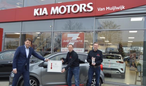 <p>Van links naar rechts: L&eacute;an Verstoep (Kia Motors Nederland), Pieter en Herman van Muijlwijk (Autobedrijf van Muijlwijk).</p>