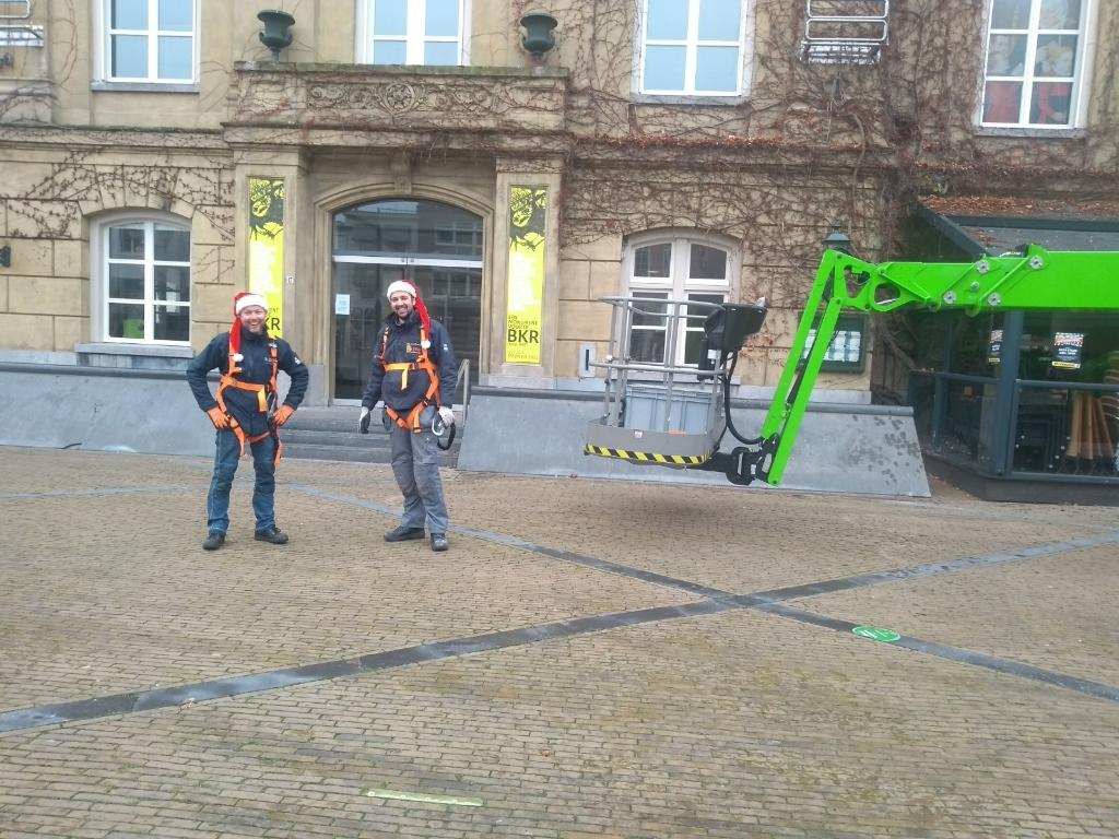 Medewerkers van Zillig Electrotechniek plaatsten woensdag en donderdag de lampjes bij het museum Hannie Visser-Kieboom © BDU Media