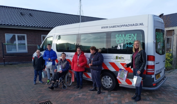 Bewoners van de Buitenhof en Chantal Boer, voorzitter van stichting Samen op Pad HaGi