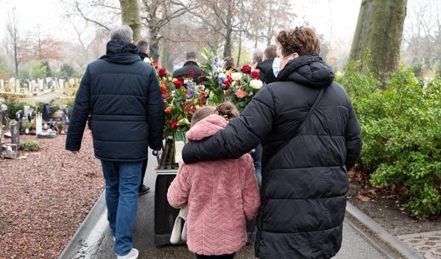 <p>De vrienden van Jos&eacute; Kraaijeveld begeleidden de kist over de begraafplaats.</p>