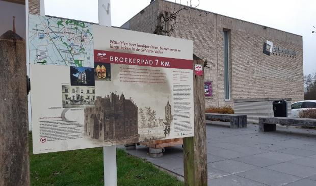 <p>Het paneel en startpunt van het Broekerpad, voortaan bij de entree van het Kulturhus de Breehoek.</p>