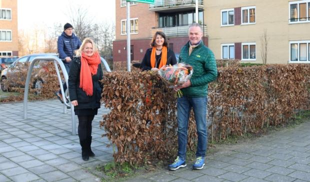 <p>v.l.n.r. Anky de Korne (Eigen Haard), Barbara de Reijke en Axel Koenders onthullen het naambord van de beweegtuin.</p>