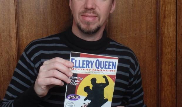 Schrijver Anne van Doorn met Ellery Queen Mystery Magazine, met daarin zijn verhaal 'The poet who locked himself in'