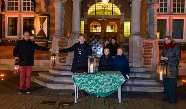 <p>Burgemeester Janssen nam het Vredeslicht in ontvangst.</p>