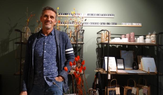 <p>Eddy Boevink van boek- en cadeauwinkel Zin Bookstore: ,,Ik verkoop hoop, alleen vraag ik er geen geld voor.&rdquo;</p>
