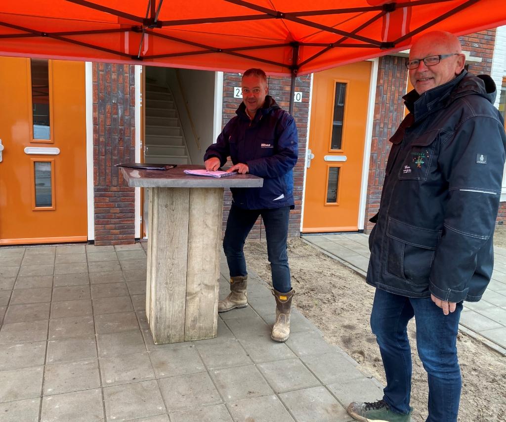 Paul van Noordenburg (Lithos) en Woonstede samen bij de opgeleverde woningen Jan van de Kamp (Lithos) en Woonstede samen bij de opgeleverde woningen © BDU Media