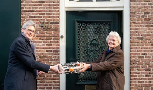 <p>Mevrouw Van de Kooij-Post ontving uit handen van burgemeester Lucas Bolsius het eerste exemplaar.&nbsp;&nbsp;</p>