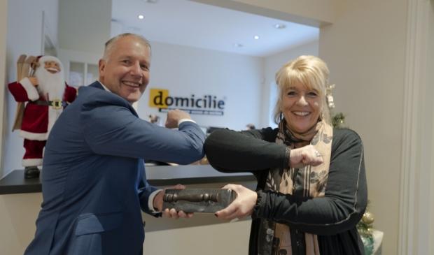 Nick de Boer ontvangt het makelaarsstafje uit handen van Hanita Arns van de NVM.