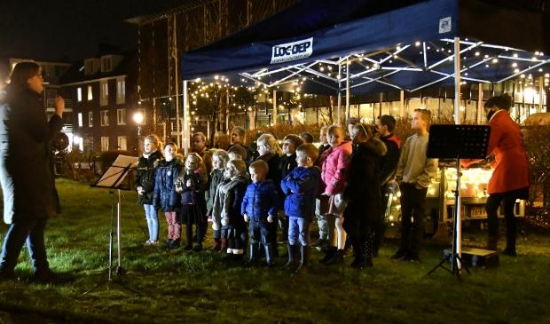 Kinderkoor zingt bij De Drieburg