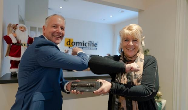 Nick de Boer ontvangt het makelaarsstafje uit handen van Hanita Arns van de NVM