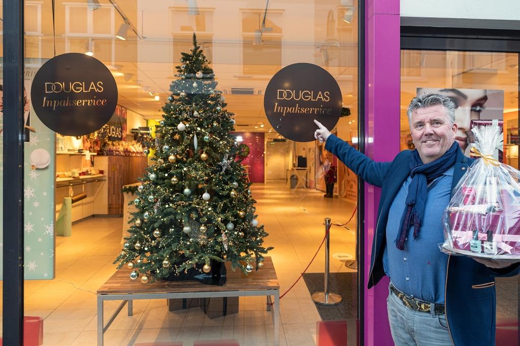 <p>Aljan Baan voor zijn Douglas inpakwinkel.</p> <p>Alex Willemsen</p> © BDU Media