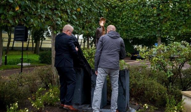 <p>Martin Egas en zijn zoon Bas bij de onthulling van het monument.</p>