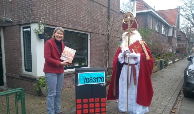 Sint 'Pierre' verrast raadslid Marjo Molengraaf met rekenmachine en boterletter